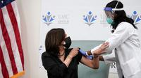Wakil Presiden Amerika Serikat terpilih Kamala Harris berterima kasih kepada perawat Patricia Cummings setelah menerima vaksin COVID-19 Moderna di United Medical Center di area Washington DC, Selasa (29/12/2020). Proses vaksinasi tersebut disiarkan langsung di televisi.  (AP Photo/Jacquelyn Martin)