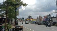 Pelaku usaha di sepanjang Jalan Raya Puncak, Kabupaten Bogor ramai-ramai mengibarkan bendera putih. (Liputan6.com/ Achmad Sudarno)