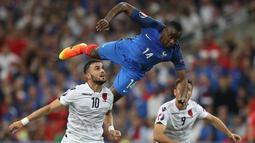 Pemain Prancis, Blaise Matuidi (biru), terbang menjangkau bola saat melawan Albania pada laga Grup A Piala Eropa 2016 di Stade Velodrome, Marseille, Kamis (16/6/2016) dini hari WIB. (AFP/Valery Hache)