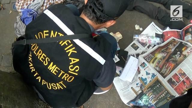 Seorang pengemis ditemukan tewas di pinggir Jalan Cut Mutia, Menteng, Jakarta Pusat, Kamis siang. Polisi temukan uang 7 juta rupiah dari saku celana korban.