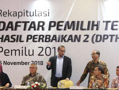 Ketua KPU Pusat, Arief Budiman (kedua kiri) bersiap memimpin pleno Rekapitulasi Daftar Pemilih Tetap Hasil Perbaikan (DPTHP) 2 di Jakarta, Kamis (15/11). Rapat dihadiri perwakilan partai politik peserta Pemilu 2019. (Liputan6.com/Helmi Fithriansyah)