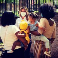 Pakai masker di muka publik, begini penampilan dari Melania Trump. (Foto: Instagram: Melaniatrump.style)
