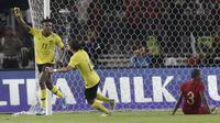 Gelandang Malaysia, Mohamadou Sumareh, melakukan selebrasi usai membobol gawang Indonesia pada laga kualifikasi Piala Dunia 2022 di SUGBK, Jakarta, Kamis (5/9). Indonesia takluk 2-3 dari Malaysia. (Bola.com/M Iqbal Ichsan)