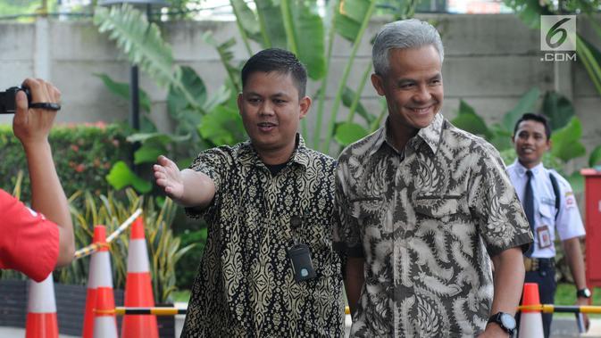 Gubernur Jawa Tengah Ganjar Pranowo (kanan) tiba di Gedung KPK, Jakarta, Jumat (10/5/2019). Selain Ganjar, KPK juga memanggil Bupati Morowali Utara Aptripel Tumimomor sebagai saksi untuk Markus. (Dailymail.co.id/Dwi Narwoko)