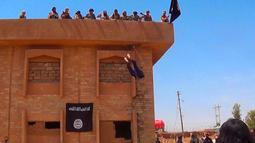 Militan ISIS melemparkan seorang pria yang dituduh homoseksual dari atas sebuah bangunan di Provinsi Hassakeh, Suriah, 14 Januari 2015. Dokumen yang diproduksi oleh ISIS dinilai memungkinkan digunakan sebagai bukti penuntutan atas kejahatan internasional. (Militant website via AP)