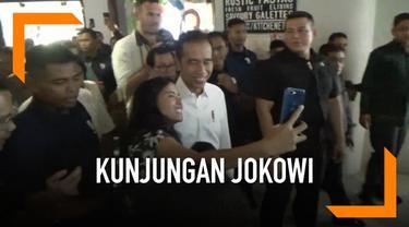 Saat berkunjung ke Bali Jokowi dan sejumlah Menteri mengunjungi senuah pusat perbelajaan di Bali. Banyak warga yang ingin selfie dengan presiden RI ini. Dengan sabar Jokowi melayani satu persatu permintaan warga yang igib berselfie dengan dirinya.