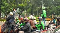 Pengemudi ojek online terlibat aksi lempar batu dengan sopir taksi yang melakukan unjuk rasa, di kawasan Sudirman, Jakarta, Selasa (22/3). Aksi itu pecah saat pengunjuk rasa mendapat perlawan dari pengemudi ojek online. (Liputan6.com/Faisal R Syam)