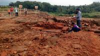 Tim Balai Arkeologi Yogyakarta bakal menguji karbon lapisan bawah Situs Sekaran di kawasan proyek Tol Malang - Pandaan (Liputan6.com/Zainul Arifin)