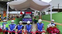 Kepala BPPI Kementerian Perindustrian, Doddy Rahardi bersama Direksi PT Tata Metal Lestari melakukan pelepasan ekspor 100 kontainer baja berlapis aluminium. (Dok Kemenperin)