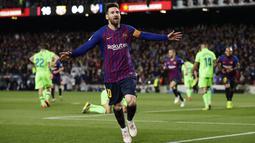 Striker Barcelona, Lionel Messi, melakukan selebrasi usai membobol gawang Levante pada laga La Liga 2019 di Stadion Camp Nou, Sabtu (27/4). Barcelona menang 1-0 atas Levante. (AP/Manu Fernandez)