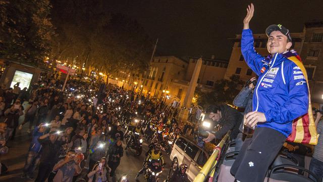 Jorge Lorenzo merayakan titel juara dunia MotoGP 2015 dengan berpesta dan pawai keliling kota bersama ribuan warga kota Mallorca yang menjadi kota kelahirannya pada Kamis (12/11/2015).