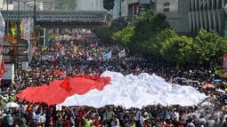 Ribuan relawan, simpatisan dan masyarakat berpartisipasi mengikuti kirab budaya dalam rangka menyambut sekaligus mengantar Presiden Joko Widodo - Wapres Jusuf Kalla menuju Istana Merdeka, Jakarta, Senin (20/10/2014) (Liputan6.com/Miftahul Hayat)