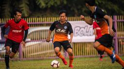 Pemain Andy Sport menggiring bola saat melawan AMW Tangerang pada laga final Ayo Tangerang di Stadion Mini Ciasuk, Tangerang, Sabtu (13/7). Andy Sport menang 3-1 atas AMW. (Ayo Tangerang)