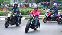 Presiden Joko Widodo (Jokowi) mengendarai motor menuju Pasar Anyar, Tangerang, Banten, Minggu (4/11/2018). Jokowi blusukan ke pasar untuk mengecek harga kebutuhan pokok dan mencocokkan dengan angka inflasi. (Liputan6.com/HO/Biro Pers Setpres)