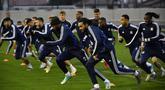 Para pemain Lyon berlatih jelang menghadapi Juventus pada pertandingan leg pertama babak 16 besar Liga Champions 2020 di Decines-Charpieu, Prancis, Selasa (25/2/2020). Lyon akan menjamu Juventus pada Kamis (27/2/2020) dini hari WIB. (DESAIN PHILIPPE/AFP)