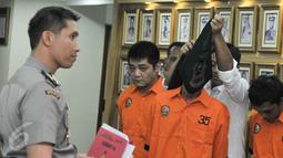 Sejumlah tersangka dihadirkan saat rilis pengungkapan tindak pidana narkotika di Polda Metro, Jakarta, Senin (6/3). (Liputan6.com/Yoppy Renato)