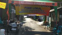 RW 14 Kelurahan Bunulrejo, Kota Malang menerapkan pembatasan sosial berskala lokal (PSBL) mandiri setelah puluhan warganya dinyatakan positif Corona Covid-19 (Liputan6.com/Zainul Arifin)
