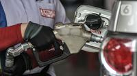 Petugas memegang nozzle saat melakukan pengisian bahan bakar jenis Biosolar pada kendaraan di salah satu SPBU Pertamina di Jakarta, Rabu (17/2/2021). Kementerian ESDM mencatat, pada tahun 2020 realisasi pemanfaatan biodiesel mencapai 8,46 juta kiloliter (kl). (merdeka.com/Iqbal S. Nugroho)