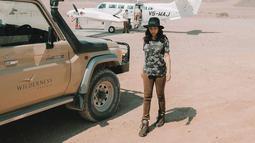 Penampilannya di Namibia ini juga terlihat sederhana. Ia hanya mengenakan kaus bermotif army dengan celana warna coklat. Ia pun memadukannya menggunakan topi berwarna hitam. (Liputan6.com/IG/@nikitawillyofficial94)