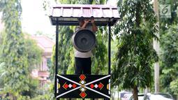 Pekerja menyelesaikan dekorasi untuk acara ngunduh mantu Kahiyang Ayu dan Bobby Nasution di Komplek Bukit Hijau Regency, Medan, Kamis (23/11). Rangkaian upacara adat pernikahan Kahiyang dan Bobby akan dilangsungkan 24 November. (Liputan6.com/Johan Tallo)