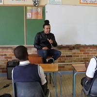Karena guru yang satu ini, matematika jadi terasa tidak sulit lagi. (Foto: YouTube.com)