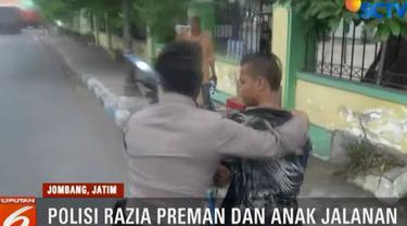 Dalam penggeledahan, polisi menemukan 10 botol miras jenis arak.