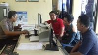 Aksi pengeroyokan yang dialami anggota Satpol PP sebelumnya dibalas dengan pengeroyokan balik ke suporter Paserbumi. (Liputan6.com/Switzy Sabandar)