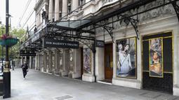 Warga berjalan melewati Her Majesty's Theatre yang tutup di West End, London, Inggris, 12 Mei 2020. Sedikitnya 5.000 pekerja teater di Inggris kehilangan pekerjaan selama diberlakukannya kebijakan penutupan (shutdown) akibat merebaknya COVID-19. (Xinhua/Han Yan)