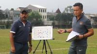 Pelatih Timnas Indonesia U16, Fachry Husaini (kiri) bersama asisten pelatih, Yeyen Tumena saat masih aktif latih timnas U-19 (Liputan6.com/Helmi Fithriansyah)