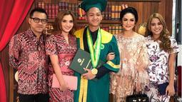 'Wisuda SMA' tulis anak kedua mantan pasangan Anang Hermansyah dan Krisdayanti. Dalam foto tersebut, Azriel diapit oleh dua ibunya serta Ayah dan kakanya, Aurel. (Instagram/azriel_hermansyah)
