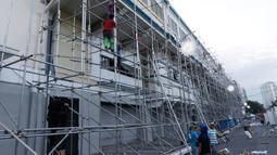 Pekerja menyelesaikan pembangunan bagian luar Stadion Rizal Memorial di Manila, Filipina, Senin (25/11/2019). Stadion ini akan menjadi venue cabang sepak bola SEA Games 2019. (Bola.com/M Iqbal Ichsan)