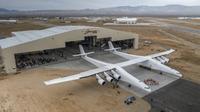 Pesawat Stratolaunch ketika pertama kali keluar hanggar pada Juni lalu. (Sumber Stratolaunch Systems Corp)