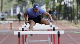 Atlet lari gawang Indonesia, Rio Maholtra, melakukan latihan jelang SEA Games 2019 di Stadion Madya, Jakarta, Senin (7/9). Selain sebagai atlet, Rio adalah seorang tentara yang bertugas mengawal Presiden. (Bola.com/M Iqbal Ichsan)
