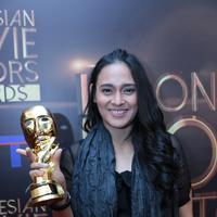 Ine Febriyanti dinobatkan sebagai Pemeran Utama Wanita Terbaik Indonesian Movie Actors Awards 2016 (IMAA 2016). Ine terbilang mengejutkan lantaran, ini film perdananya setelah vakum 13 tahun dari layar lebar. (Adrian Putra/Bintang.com)