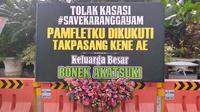 Sebuah karangan bunga yang dipesan Bonek sebagai bentuk kekecewaan terhadap Pemkot Surabaya