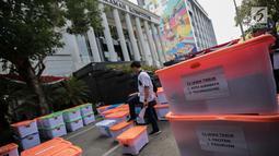 Petugas memeriksa barang bukti BPN Prabowo-Sandiaga yang nantinya akan diserahkan kepada panitera Mahkamah Konstitusi (MK), Jakarta, Selasa, (18/6/2019). BPN mengklaim akan membawa 12 truk yang disinggung saat Sidang Sengketa Pilpres 2019. (Liputan6.com/Faizal Fanani)
