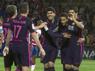Sejumlah pemain Barcelona merayakan gol Neymar saat pertandingan melawan Granada pada laga lanjutan liga Spanyol di Stadion Nuevo Los Carmenes, Granada, Minggu (2/4/2017). Barcelona pesta gol 4-1 atas Granada.  (EPA/Miguel Angel Molina)