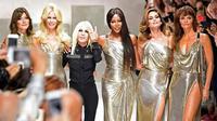Simak penampilan para supermodel senior di panggung peragaan Versace.