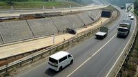 Kendaraan melintas di samping proyek pembangunan ruas Tol Bogor-Ciawi-Sukabumi (Bocimi) seksi 1 di Ciawi, Bogor, Jawa Barat, Senin (4/6). Pembangunan Tol Bocimi seksi 1 memiliki panjang 15,35 Kilometer. (Merdeka.com/Arie Basuki)