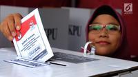 Warga memasukkan surat suara ke dalam kotak saat pemungutan ulang Pemilu 2019 di TPS 49 Rengas, Kecamatan Ciputat Timur, Tangerang Selatan, Rabu (24/4). Pencoblosan ulang dilakukan lantaran ditemukannya pelanggaran oleh Bawaslu saat pemilu serentak pada 17 April 2019 lalu. (merdeka.com/Arie Basuki)