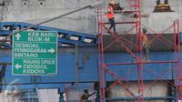 Pekerja menyelesaikan proyek Jalan layang Ciledug-Tendean di Jakarta, (28/1). Kepala Badan Perencanaan Pembangunan Nasional (Bappenas) Sofyan Djalil dan pemerintah menargetkan realisasi pembangunan 225 proyek infrastruktur. (Liputan6.Com/Angga Yuniar)