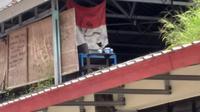 Bendera bergambar Palu Arit ditemukan di dalam kampus Universitas Hasanuddin (Istimewa)