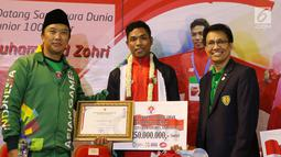 Pelari muda Indonesia, Lalu Muhammad Zohri (tengah) menerima penghargaan Pemuda Hebat di Terminal 3 Bandara Soetta, Tangerang, Selasa (17/7). Lalu M Zohri meraih emas lari 100m putra di Kejuaraan Dunia U-20 IAAF. (Liputan6.com/Helmi Fithriansyah)
