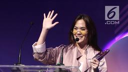 Musisi Sherly Sheinafia menyapa penonton saat memberi sambutan usai menerima penghargaan best creator for music saat acara XYZ Day 2018 di The Hall Senayan City, Jakarta, Rabu (25/4). (Liputan6.com/Herman Zakharia)