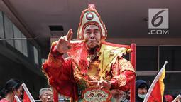 Tatung pria berdiri di atas tombak saat beratraksi dalam Festival Cap Go Meh 2570 di Seasons City, Jakarta,  Minggu (24/3). Sekitar 100 tatung pria dan wanita hadir menampilkan atraksi ekstrem menggunakan benda tajam. (Liputan6.com/Fery Pradolo)
