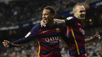 Striker Barcelona, Neymar, bersama Andres Iniesta merayakan gol yang dicetaknya ke gawang Real Madrid pada laga La Liga Spanyol di Stadion Camp Nou, Barcelona, Sabtu (21/11/2015). (AFP/Javier Soriano)