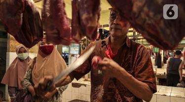 Pedagang daging melayani pembeli di Pasar Kebayoran Lama, Jakarta, Senin (3/5/2021). Pemerintah melalui Menteri Pertanian Syahrul Yasin Limpo menegaskan pihaknya siap melakukan intervensi jika stok daging langka dan terdapat lonjakan harga pada bulan Ramadan. (Liputan6.com/Johan Tallo)