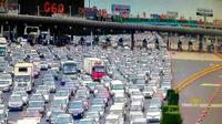 Kemacetan lalul lintas yang tidak ditangani secara bijak dan tepat waktu bisa berakibat macet yang keterlaluan, bahkan bisa macet 50 jalur. (The Mirror)
