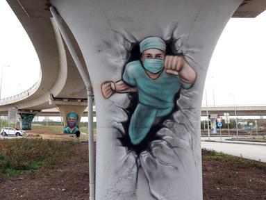 Kota Metropolitan Ankara telah menggunakan grafiti untuk melambangkan kerja dan dedikasi petugas kesehatan selama pandemi COVID-19 di wilayah Rumah Sakit Kota Ankara, Turki, 19 April 2021. (Adem ALTAN/AFP)