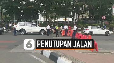Massa menggelar unjuk rasa depan istana merdeka Jakarta hari Kamis (10/10). Untuk antisipasi kemacetan, polisi tutup sejumlah ruas jalan.